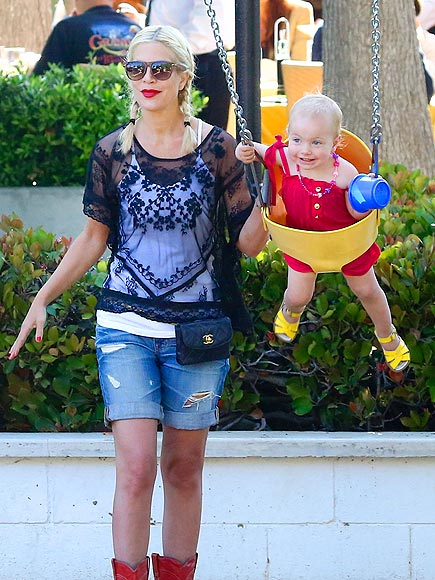 PUSHY MAMA photo | Tori Spelling