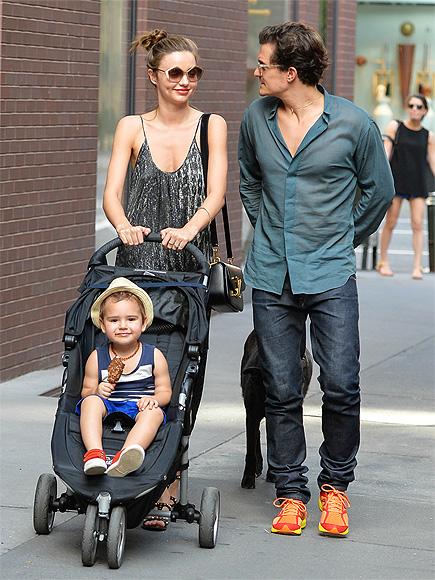 Орландо Блум и Миранда Керр с сыном на прогулке