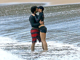 PHOTO: Renée Zellweger Smooches Her Boyfriend During Hawaiian Vacation | Renee Zellweger
