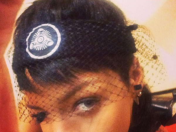 rihanna 1 600x450 What We're Clicking: Rihanna's Questionable Headband, Kimmel's NYFW Humor, And More!