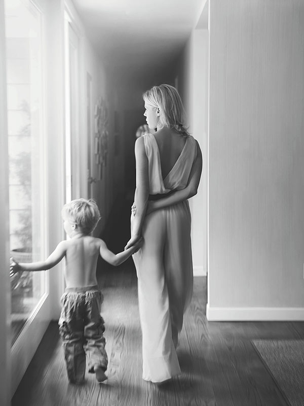 The Glow: An Inspiring Guide to Stylish Motherhood, Julie Bowen