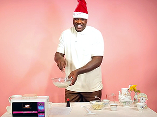 Watch 7-Foot-Tall Shaq Bake Desserts in an 8-Inch Oven