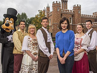 Elizabeth McGovern Spoofs Downton Abbey at Disney World (PHOTO)