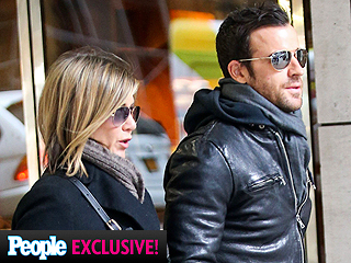 Jennifer Aniston's Low-key Afternoon with Justin Theroux | Jennifer Aniston, Justin Theroux