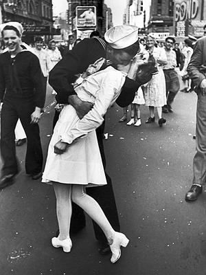 Glenn McDuffie, World War II Vet in Iconic Kissing Photo, Dies