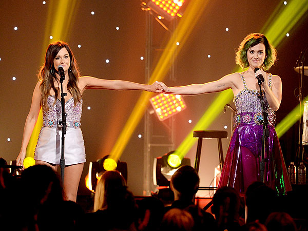 Katy Perry and Kacey Musgraves Perform 'Roar' on CMT Crossroads