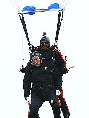 President George H.W. Bush Makes Parachute Jump for 90th Birthday| George Bush, George W. Bush, Jeb Bush