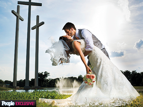 PHOTO: Jill Duggar and Derick Dillard Share an Epic Kiss at Their Wedding