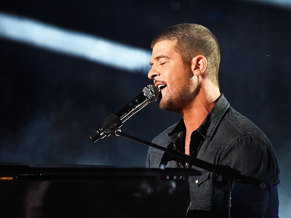 BET Awards 2014: Robin Thicke Dedicates Song to Paula Patton