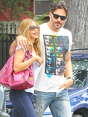PHOTO: Sofia Vergara & Joe Manganiello Share a Sweet Stroll