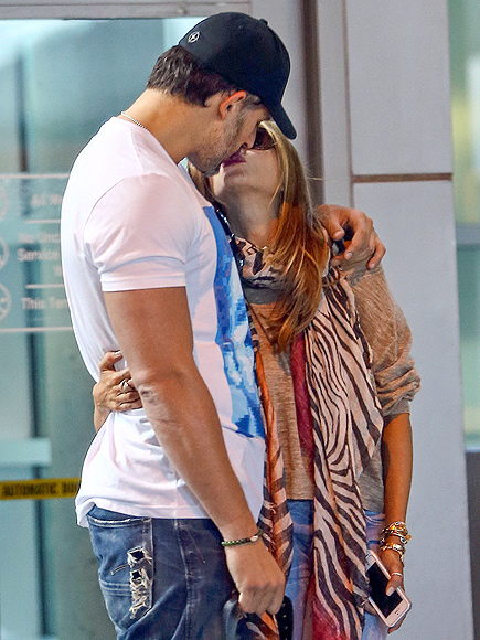 Sofia Vergara & Joe Manganiello Kiss in Miami: Photo