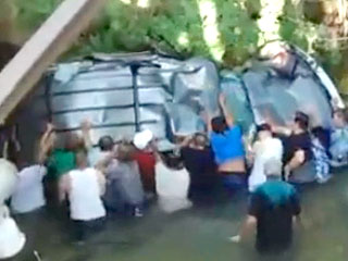Watch Do-Gooders Free Teens Trapped Inside Submerged SUV