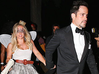 Hilary Duff Holds Hands with Mike Comrie (PHOTO)