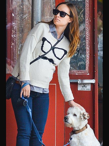 Η έγκυος Olivia με τον σκύλο της...