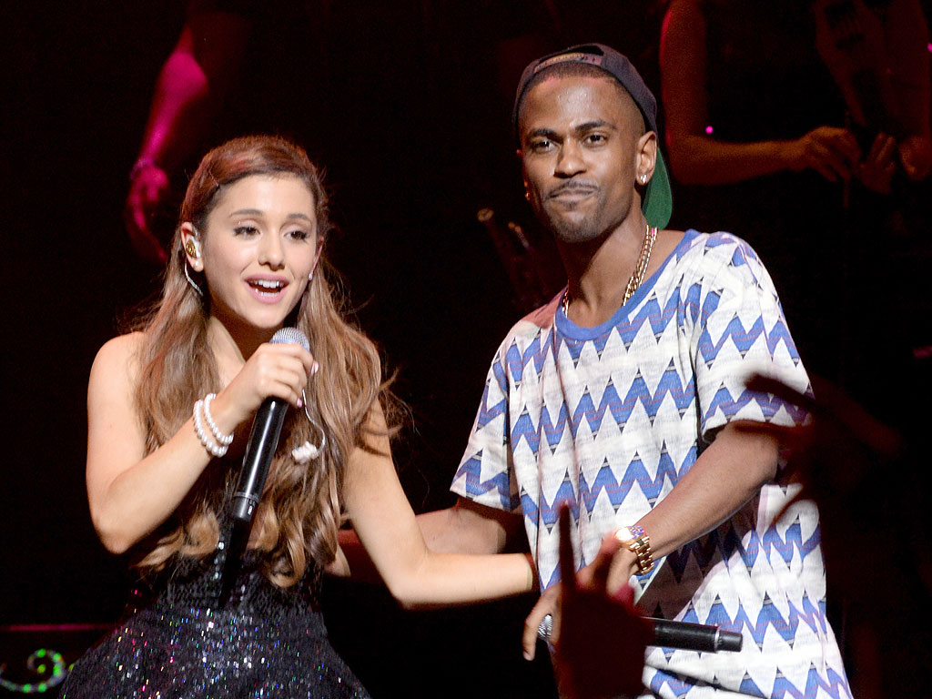 VMAs 2014: Ariana Grande & Big Sean Hold Hands Backstage