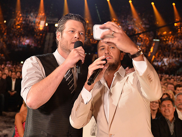 Blake Shelton and Luke Bryan Try to Beat Ellen DeGeneres's Oscars Selfie
