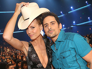 We Put Brad Paisley's Hat on Different Celebrities from the People's Choice Awards | Brad Paisley, Heidi Klum
