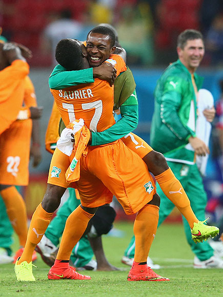 soccer hugs 11 435x580 See the 13 Best Bromantic Embraces of the World Cup