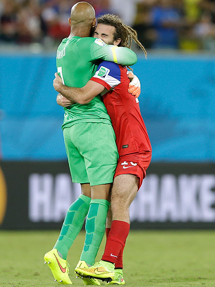 soccer hugs 13 435x580 See the 13 Best Bromantic Embraces of the World Cup