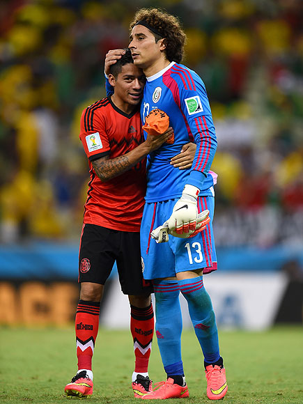 soccer hugs 5 435x580 See the 13 Best Bromantic Embraces of the World Cup