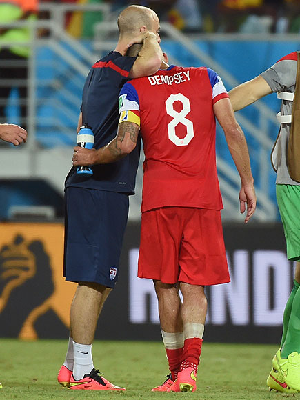 soccer hugs 7 435x580 See the 13 Best Bromantic Embraces of the World Cup