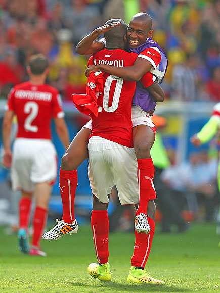 soccer hugs 8 435x580 See the 13 Best Bromantic Embraces of the World Cup
