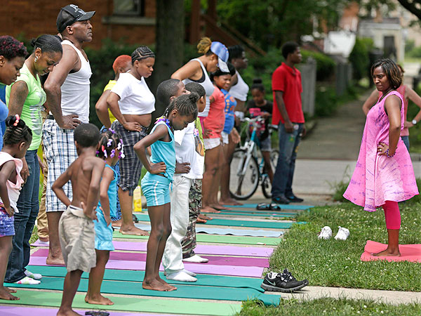 Chicago Group Fights Growing Street Violence with Yoga Classes| Heroes Among Us, Chicago, Good Deeds, Real People Stories