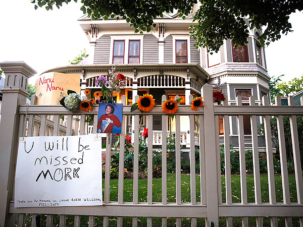 Iconic Robin Williams Film Locations Transform into Touching Fan-Made Tributes to the Actor| Death, Tributes, Robin Williams