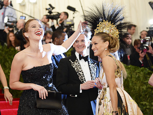 Throwback Thursday: Jennifer Lawrence Delivered Her First Flawless Photobomb Almost One Year Ago| Metropolitan Museum of Art Costume Institute Gala, Oscars 2014, Jennifer Lawrence, Sarah Jessica Parker