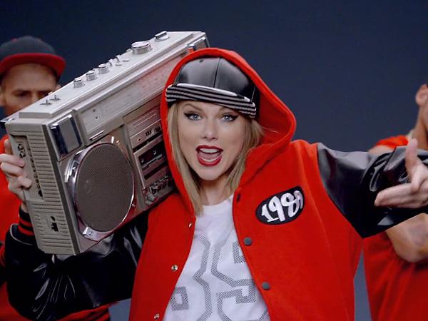 Taylor Swift Endorses Kentucky Frat's 'Shake it Off' Video on Twitter