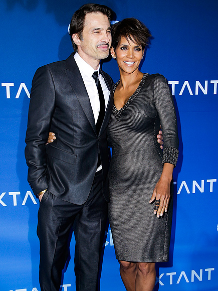 TAKING SPACE photo   Halle Berry