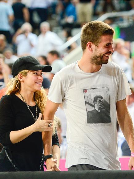 MAN WITH A FAN photo   Shakira