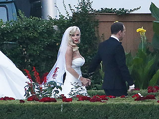 Jenny McCarthy's Wedding Gown Is Super-Glamorous (PHOTOS) | Donnie Wahlberg, Jenny McCarthy