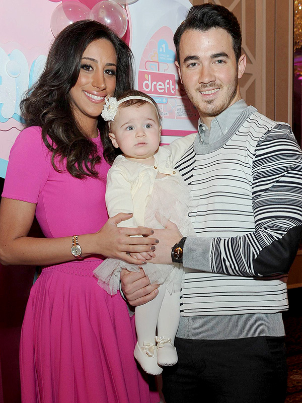 who is kevin jonas dating currently Forget singing kevin jonas builds houses now singer kevin jonas and wife danielle deleasa pose as they arrive at the teen choice awards at the gibson amphitheatre in universal city, california august 11, 2013.