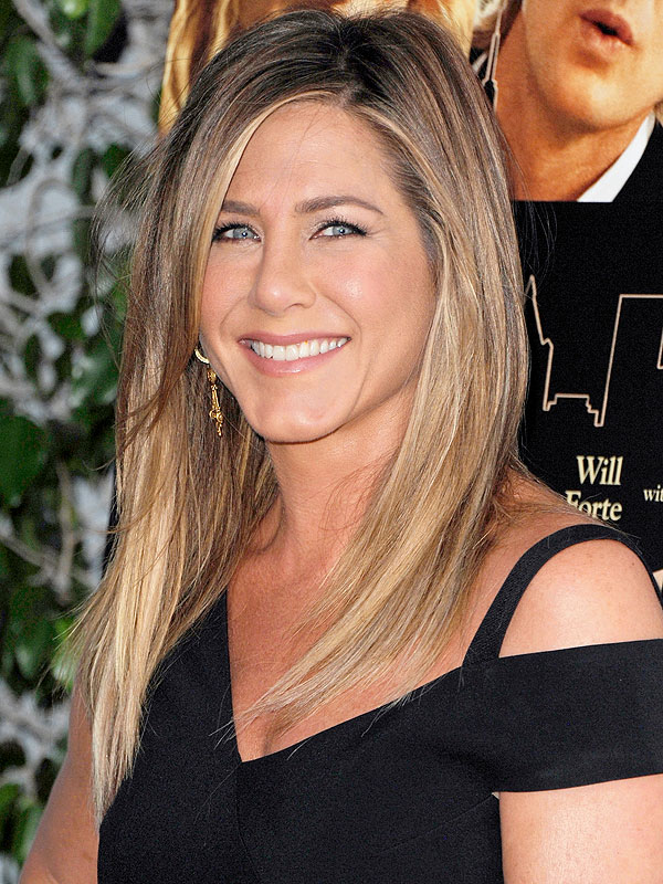 Jennifer Aniston Dines on Pizza and Pasta with Friends in