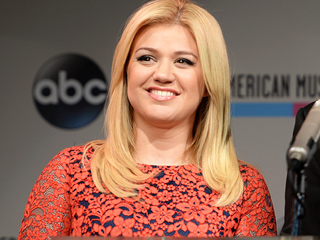 Kelly Clarkson Responds to Fat-Shaming Tweets