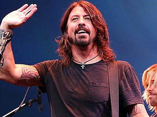 Foo Fighters' Dave Grohl Breaks Leg During Concert, Finishes Gig Anyway | Foo Fighters, Dave Grohl