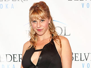 Fuller House's Jodie Sweetin Sees Stephanie Tanner as the Family's 'Black Sheep'