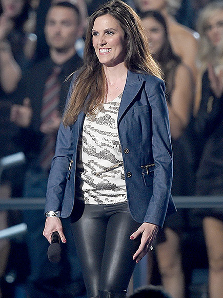Taya Kyle: American Sniper Widow Introduces Garth Brooks at ACMs