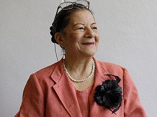 79-Year-Old Grandmother Graduates College – Alongside Her Grandchildren