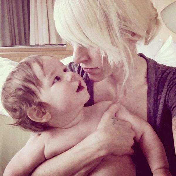Singer kicked off flight: Crying Toddler