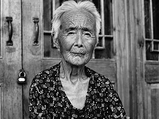 Photographer Jo Farrell Tracks Down the Last Women in China with Bound Feet – See the Photos