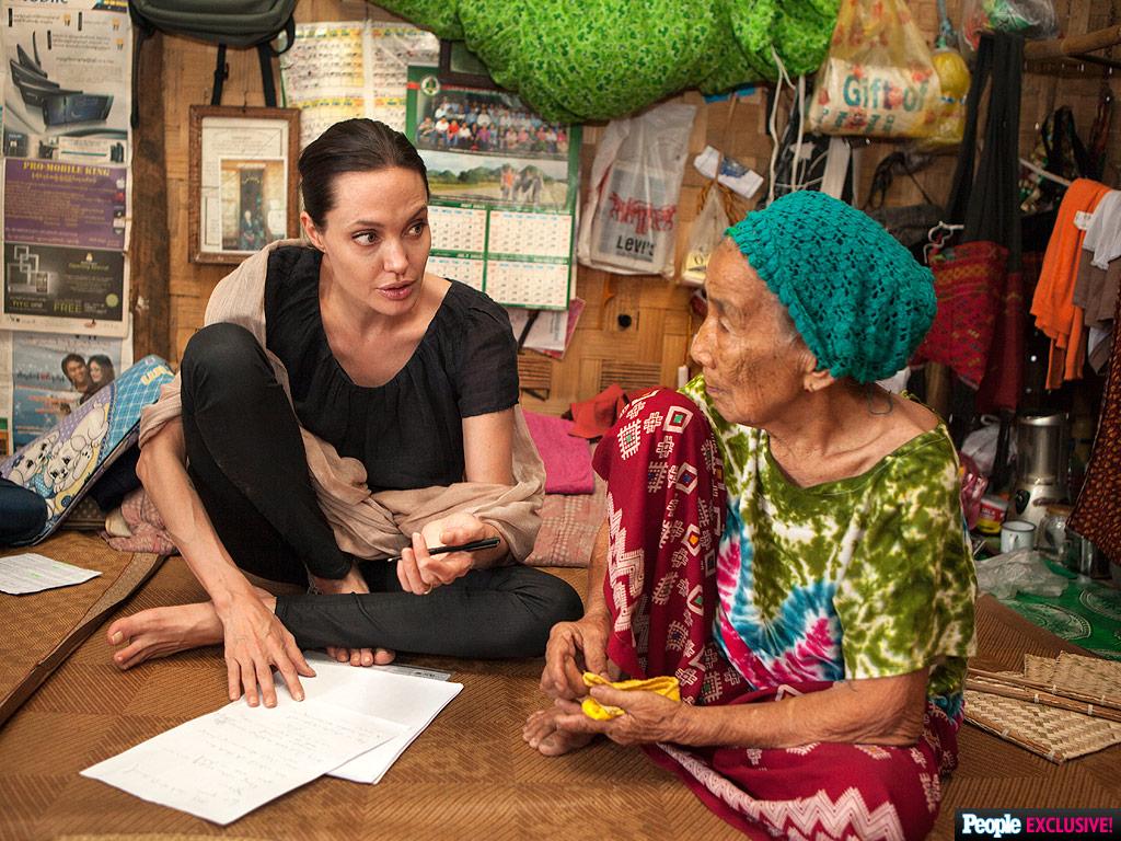 Angelina Jolie Pitt Meets Refugee in Myanmar:L Photo