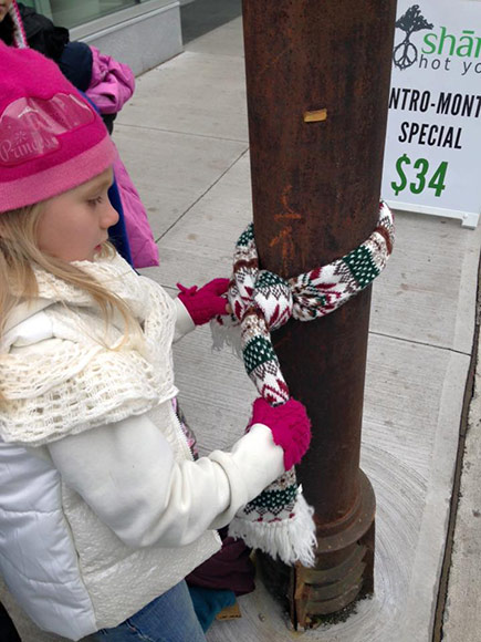 Children Dress Lamp Poles in Winter Clothing as Offering to Keep Homeless Bundled Up: 'Please Take Me to Keep Warm'| Good Deeds, Real People Stories