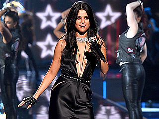 Selena Gomez Slams Rumors About Her Victoria's Secret Fashion Show Performance: I 'Sing Live'
