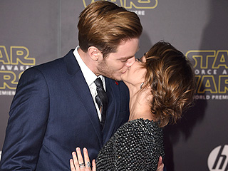 Red Carpet Romance! Sarah Hyland Kisses Boyfriend Dominic Sherwood at Star Wars Premiere