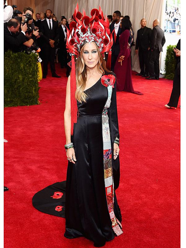 Met Gala 2015: Sarah Jessica Parker wears fiery headpiece