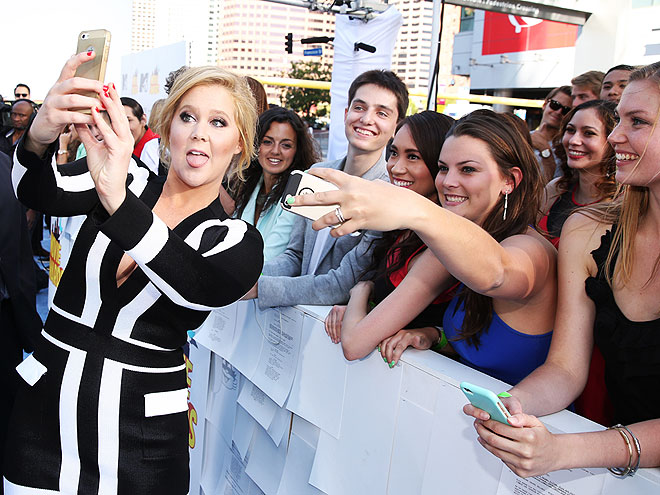 Ways to win the selfie game on the mtv movie awards red carpet