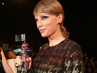 Taylor Swift Wins MTV Video of the Year Award for 'Bad Blood' After Nomination Controversy
