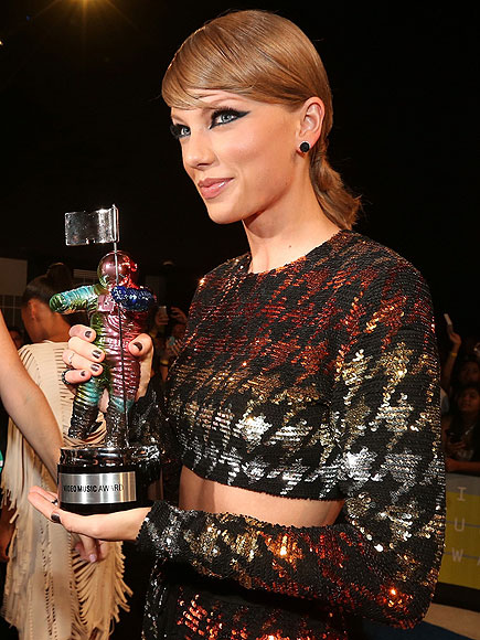 Vmas 2015 Taylor Swift Wins Video Of The Year Award For